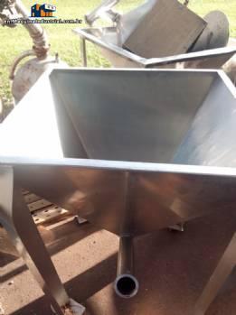 Feeding silos for conveyor thread in stainless steel